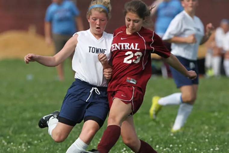 Franklin Towne's Kaylah Dougherty battles Central's Ilana Ginsburg. (Michael Bryant / Staff Photographer )