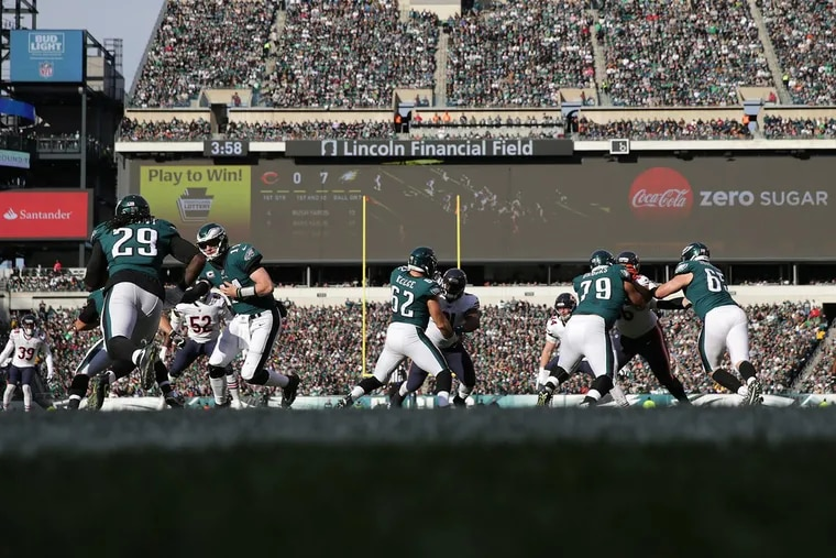 Eagles Carson Wentz hands the ball off to LeGarrette Blount during at 1st quarter run. Philadelphia Eagles win 31-3 over the Chicago Bears.