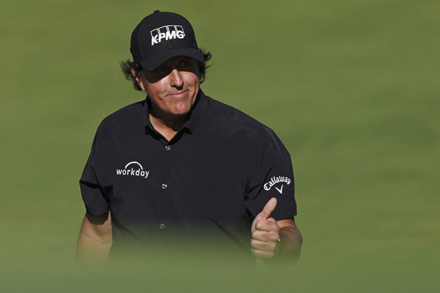 Phil Mickelson rebounds with a better round at U.S. Open, makes the cut