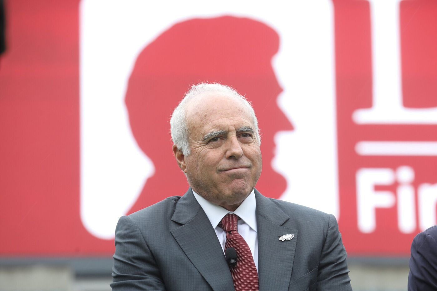Eagles' Jeffrey Lurie cites Doug Pederson, Nick Foles in commencement address