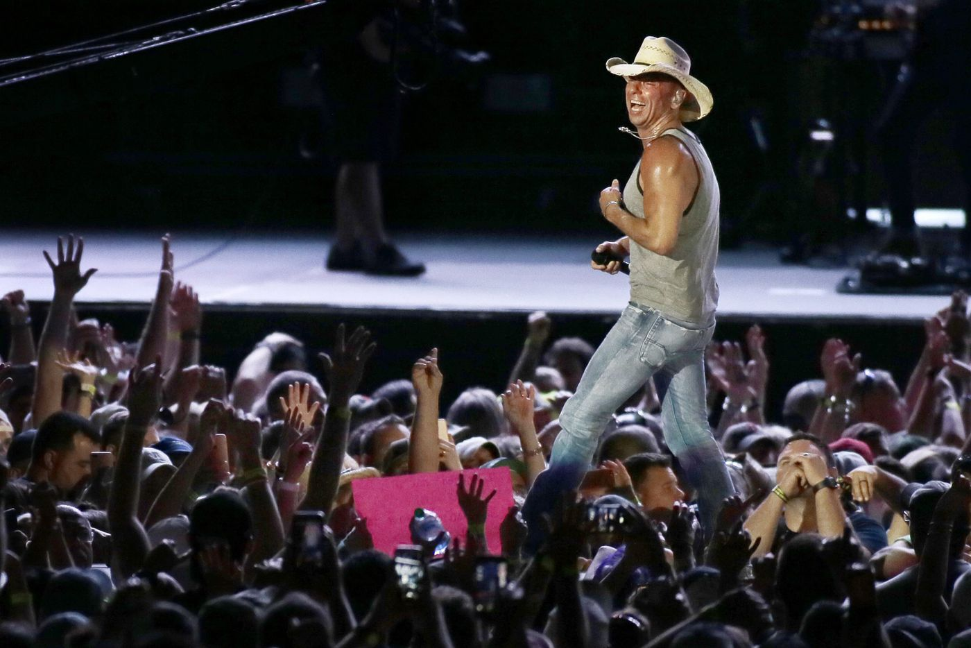 Kenny Chesney brings Eagles, Lombardi trophy onstage at Lincoln Financial Field show