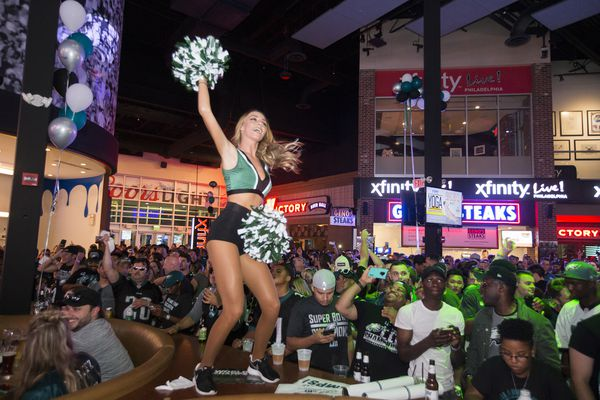 'Don't throw beer on the ladies' and other tips I learned watching the Eagles from Xfinity Live!