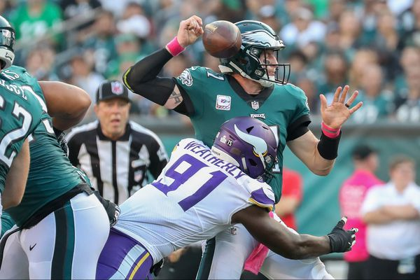 Carson Wentz passes well, but Eagles' line play is offensive