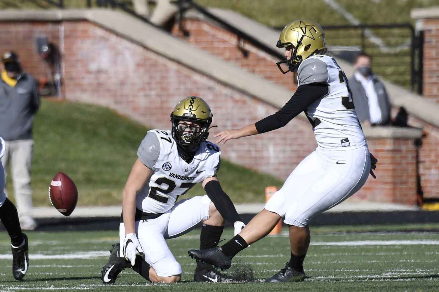 Vanderbilt K Sarah Fuller becomes first woman to play for Power 5 college football team
