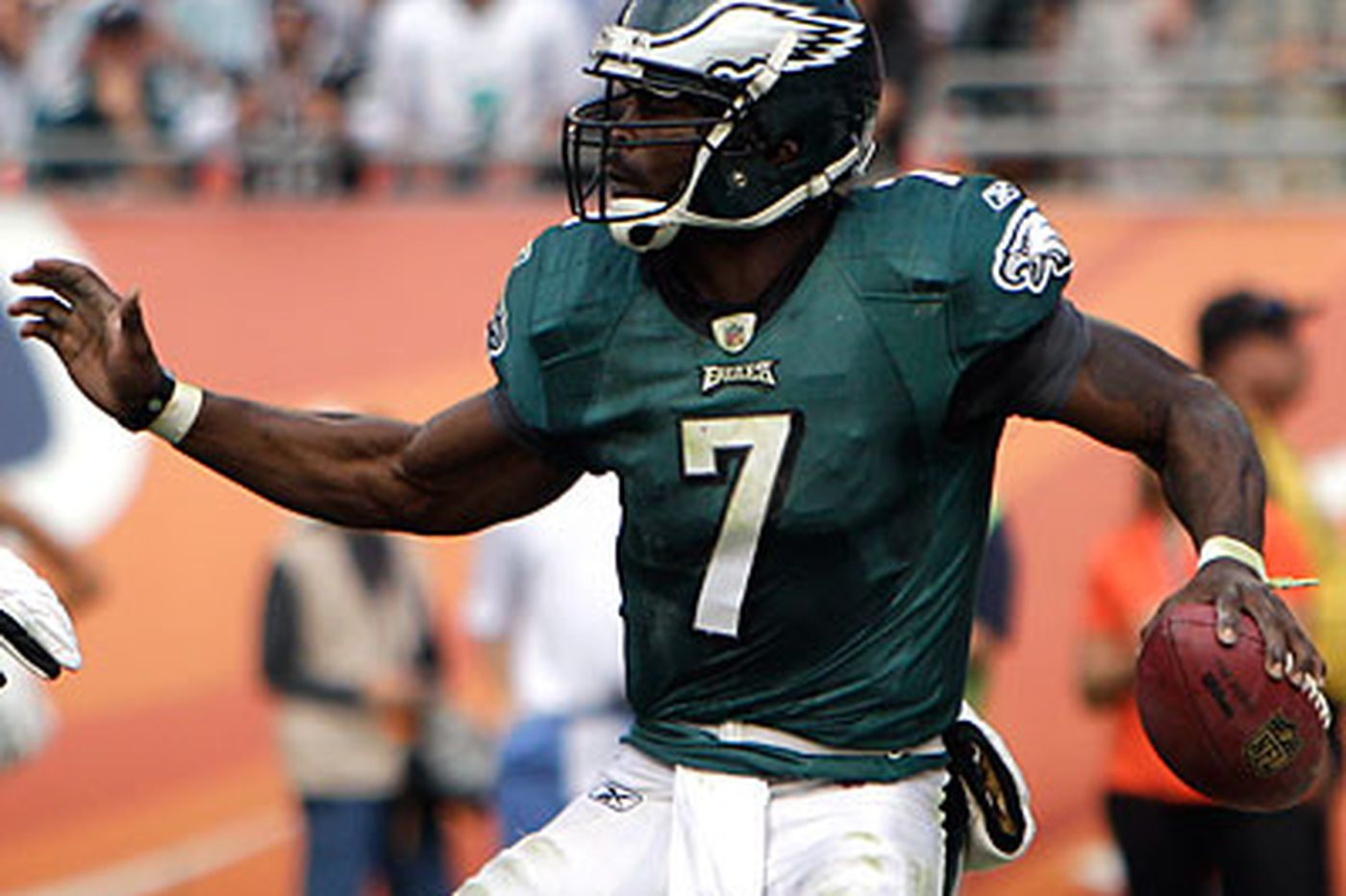 Offensive line, Vick out of sync in Miami