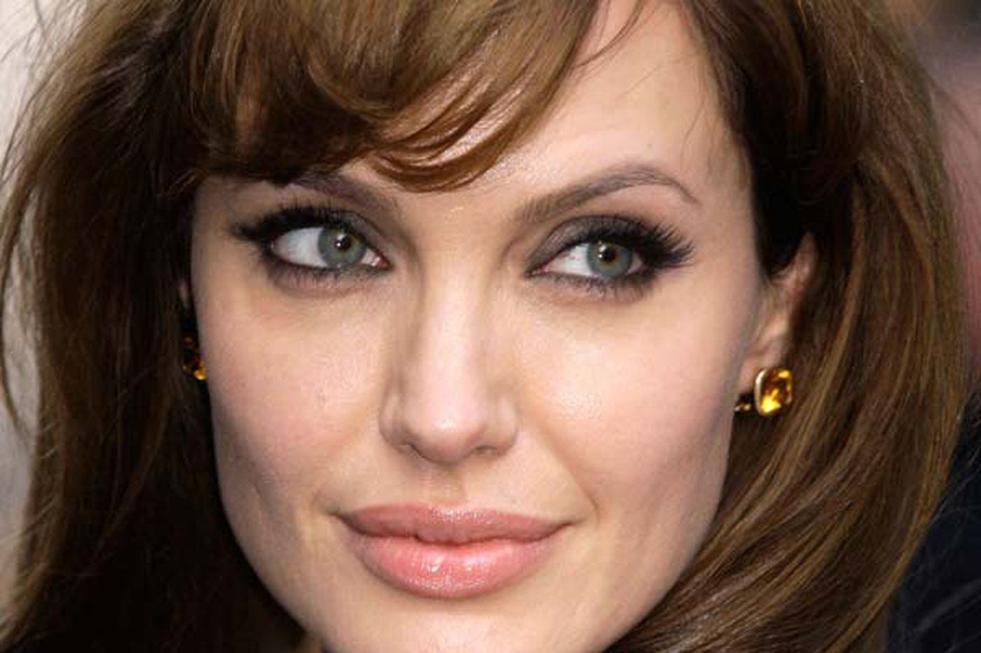 Jolie's difficult medical decision wins praise