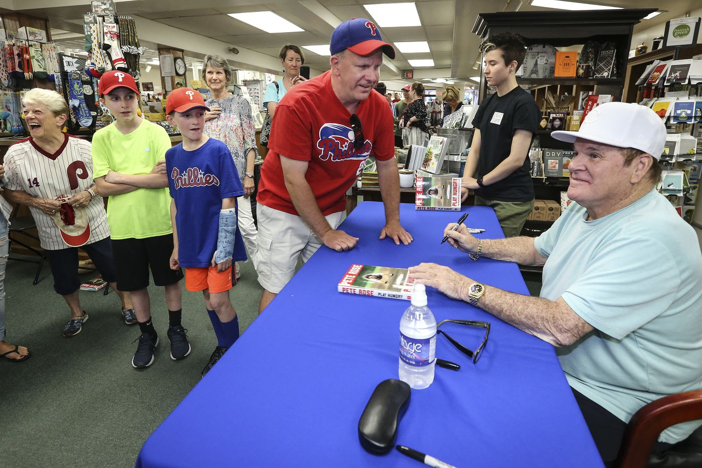 Pete Rose draws hundreds for Doylestown book signing