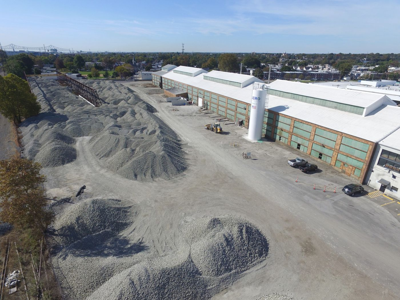 Montones de agregado de vidrio espumado esperan ser recogidos fuera de las instalaciones de AeroAggregates LLC en Eddystone en 2017. El material se utiliza en la construcción.