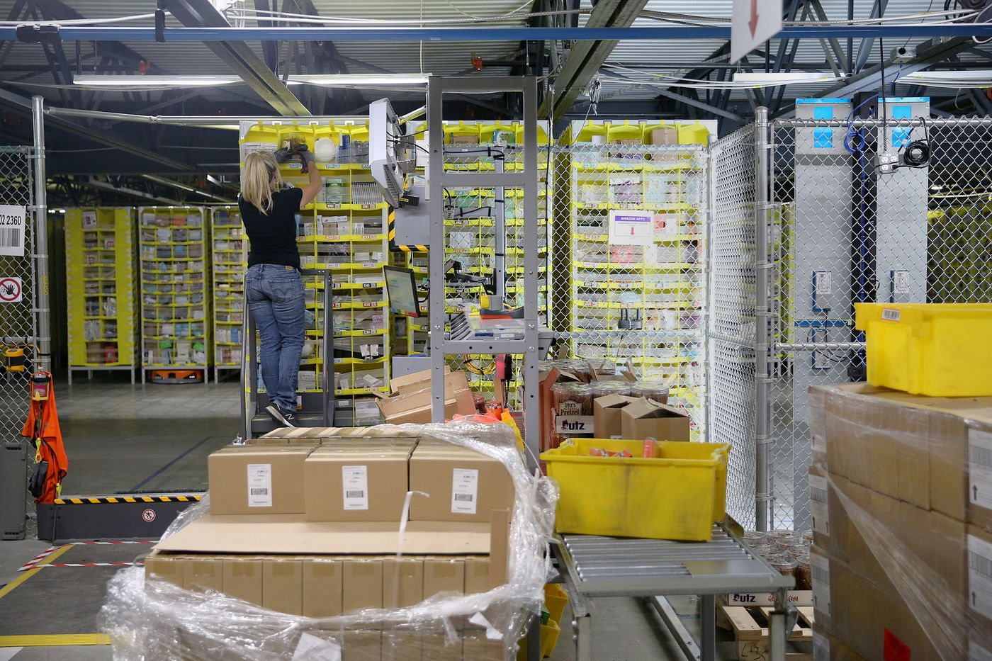 How humans and robots work side-by-side in Amazon
