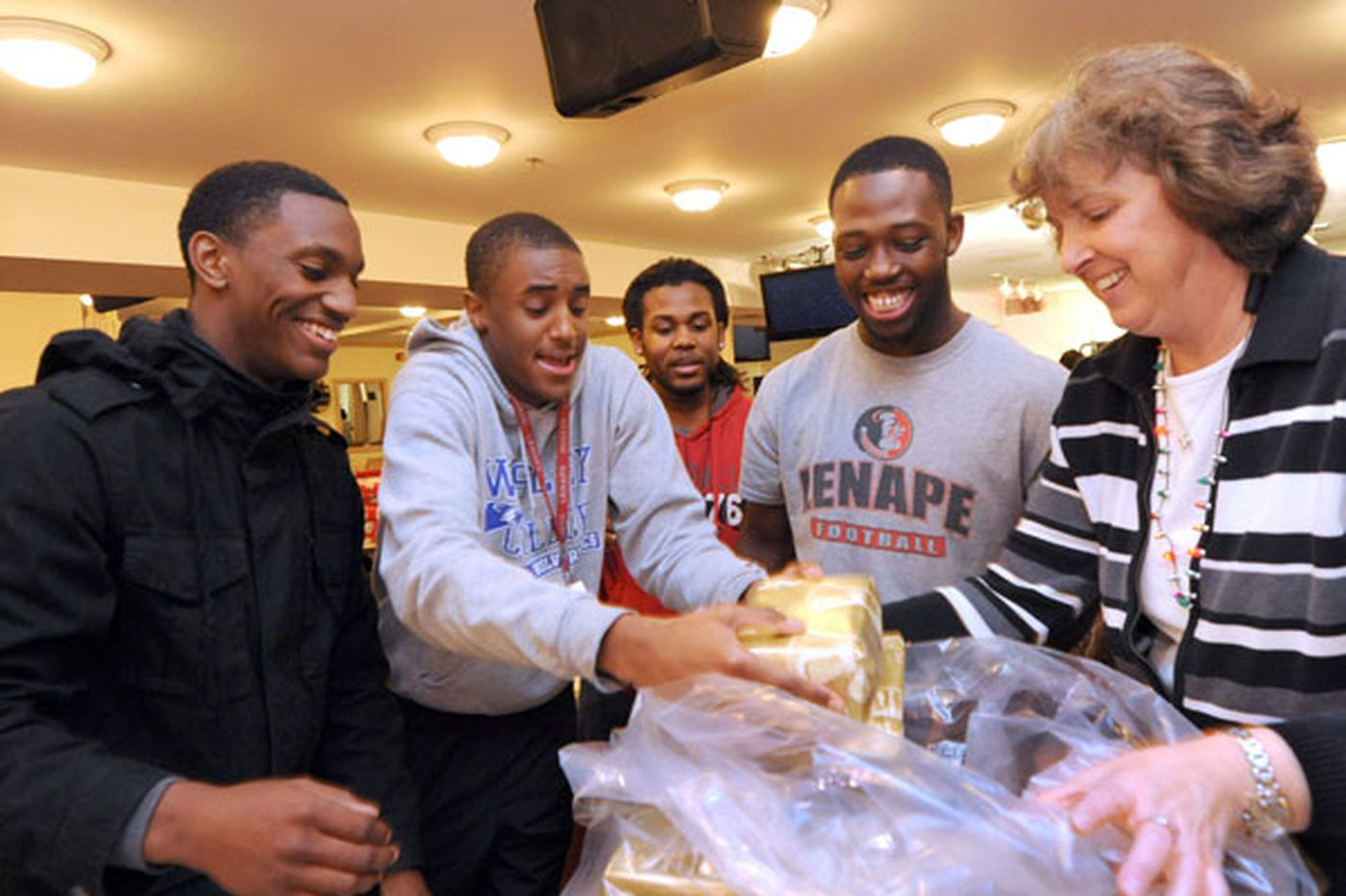 Kevin Riordan: Volunteers make the holidays bright for South Jersey families affected by AIDS