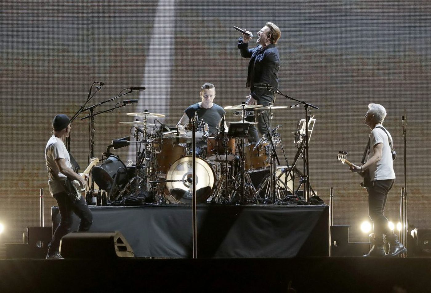 U2's The Edge pushes for research into diet's role in cancer