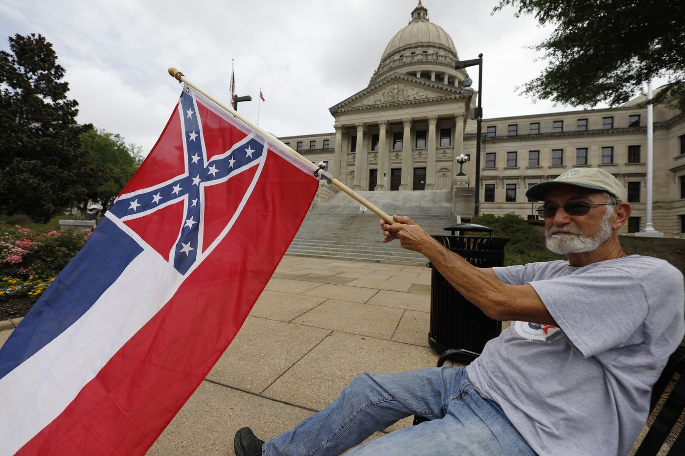 Mississippi lawmakers vote to remove Confederate emblem from flag
