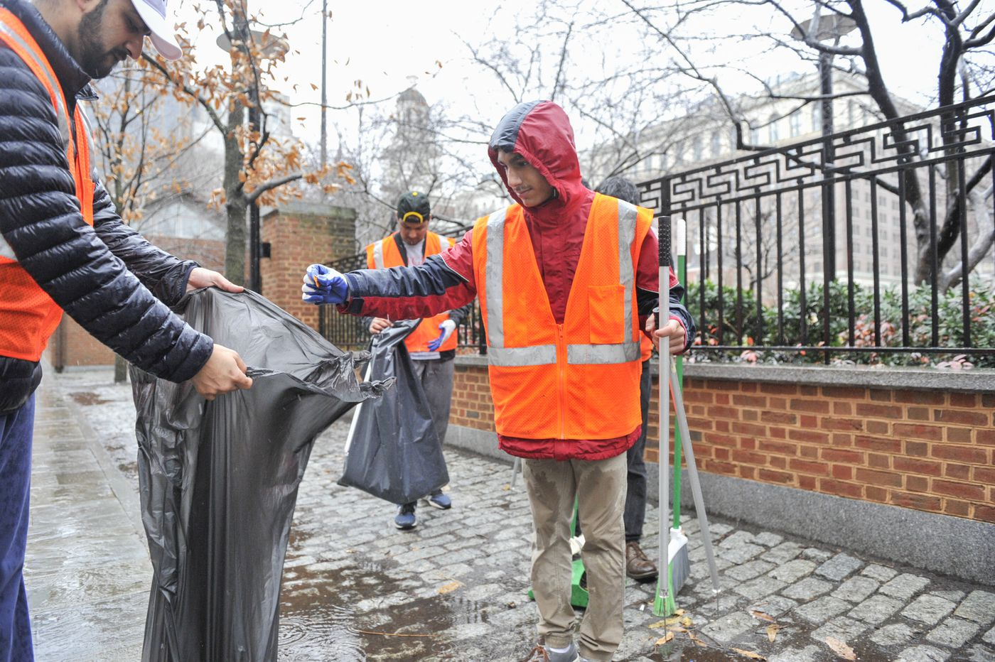 Muslim youth clean up Independence Mall amid government shutdown