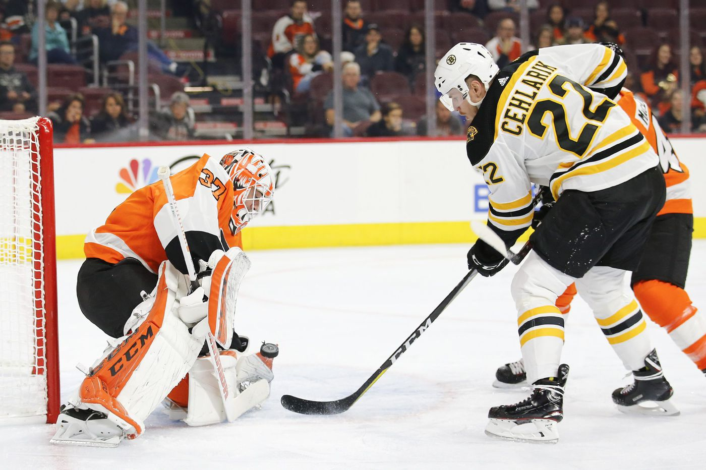 Flyers goalie Brian Elliott is tested in 4-3 loss to Bruins