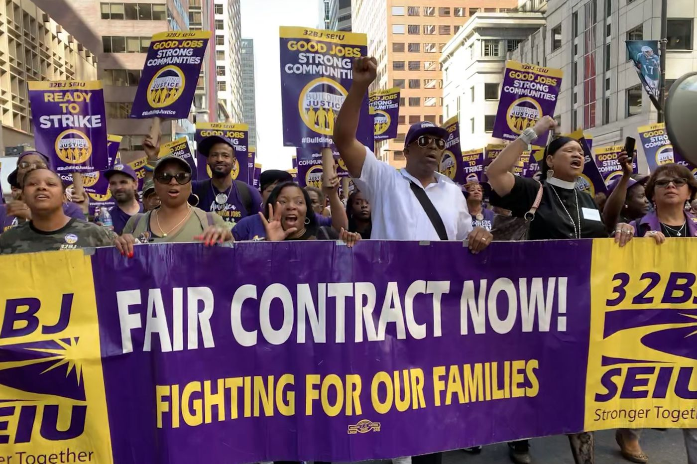 More than 1,000 office cleaners rally in Center City for fair contract