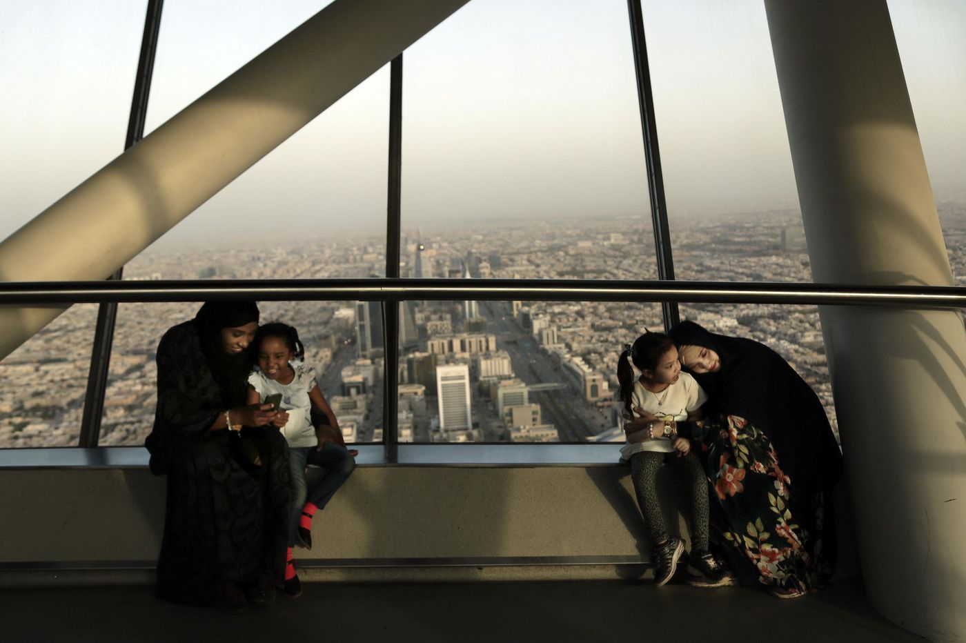 Saudi spending to hit record high as oil prices resume slide