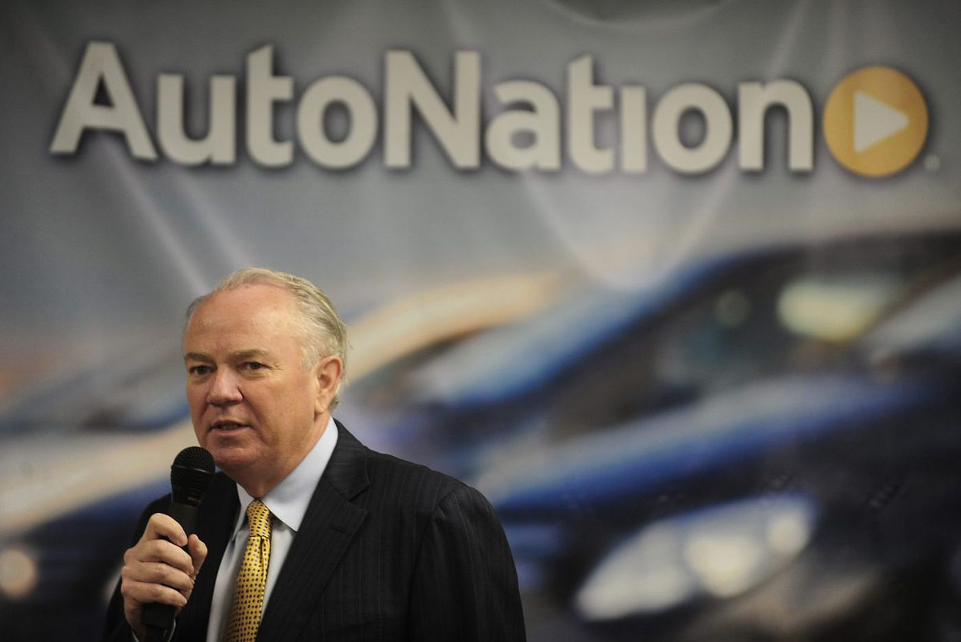 AutoNation chief, after 2 decades, is turning over the keys