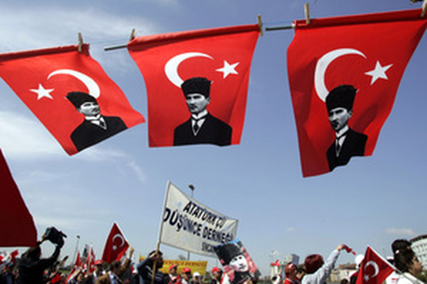 Thousands in Istanbul demand choice of more secular president