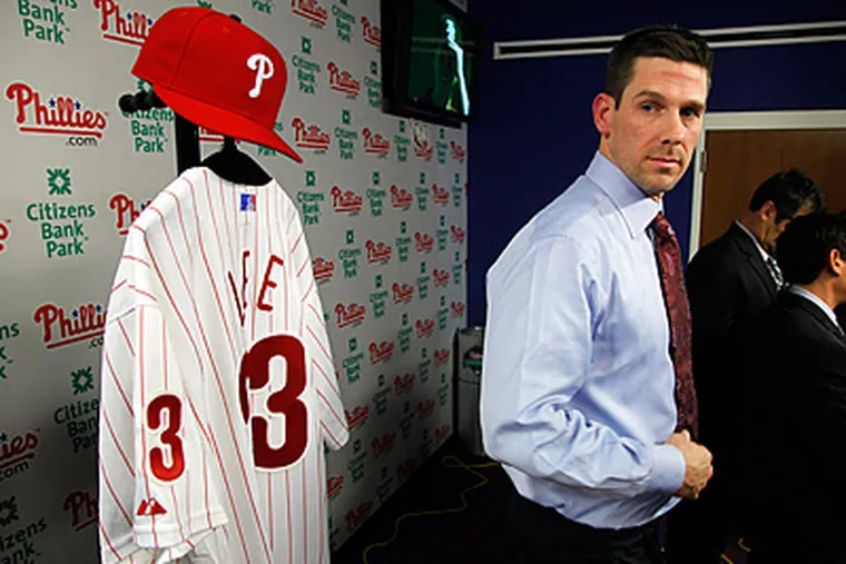 Cliff Lee is presented his Phillies jersey during the press conference on Wednesday. (Laurence Kesterson / Staff Photographer)
