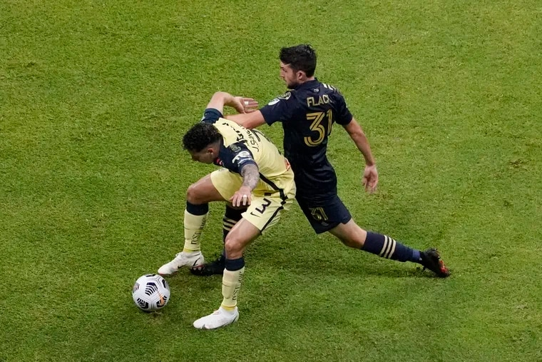 The Union's Leon Flach (right) battles with Club América's Jorge Sánchez during the first half.