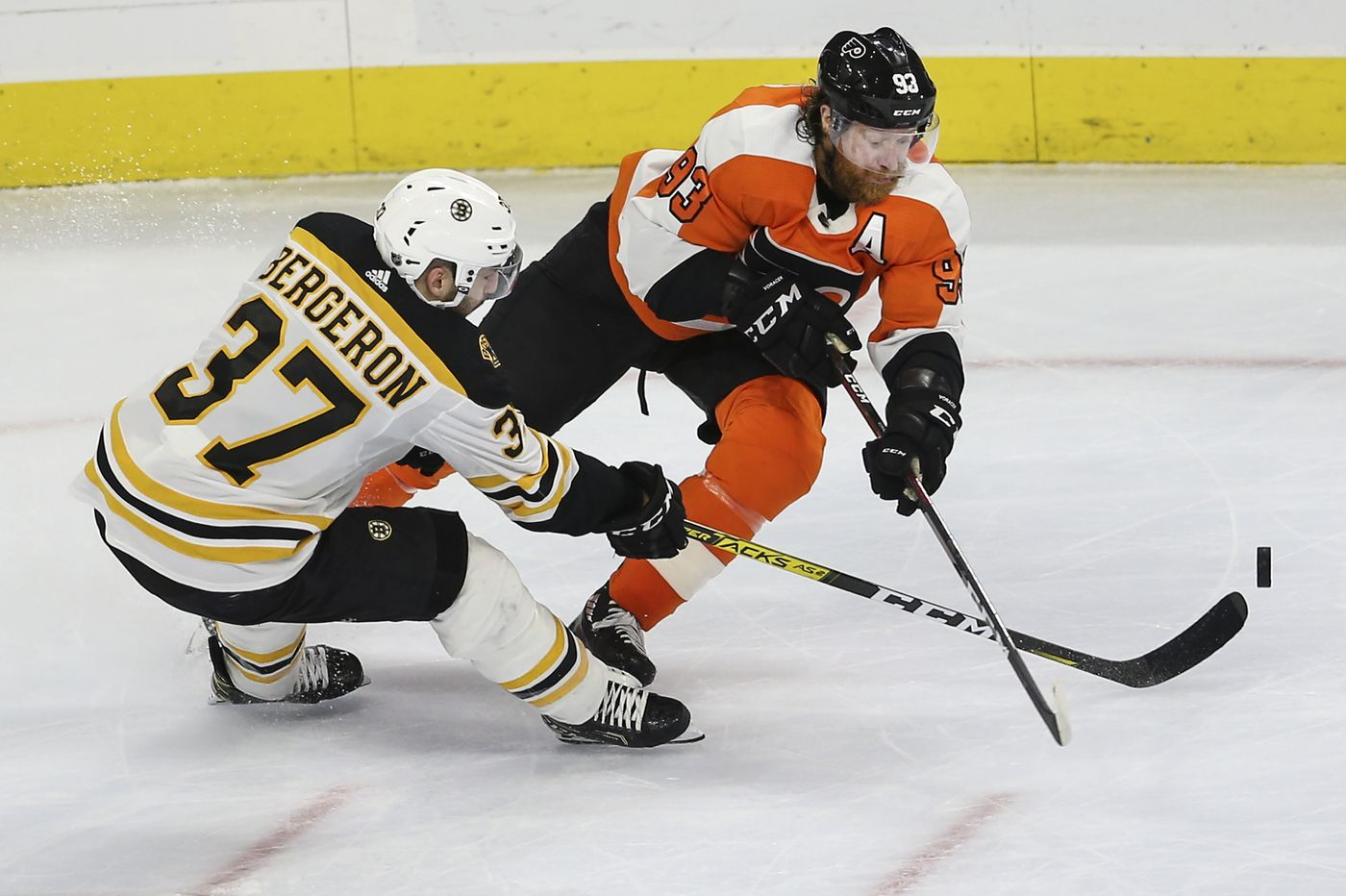 Scott Laughton blames himself for crucial mistake in Flyers' loss to Bruins