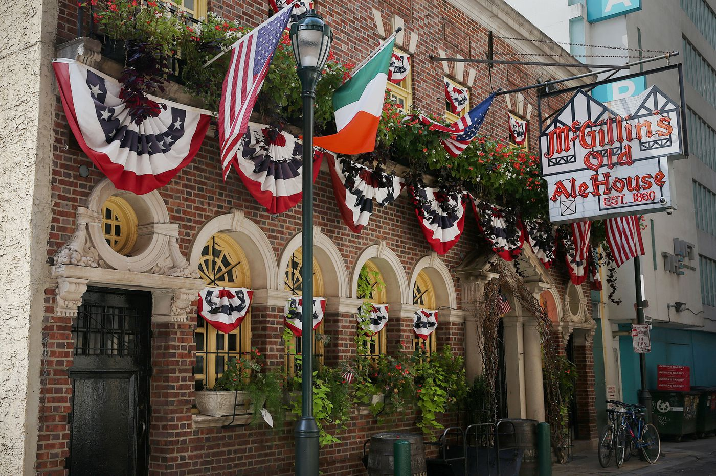 McGillin's pub will pay $100 to first five women who propose marriage on Leap Day
