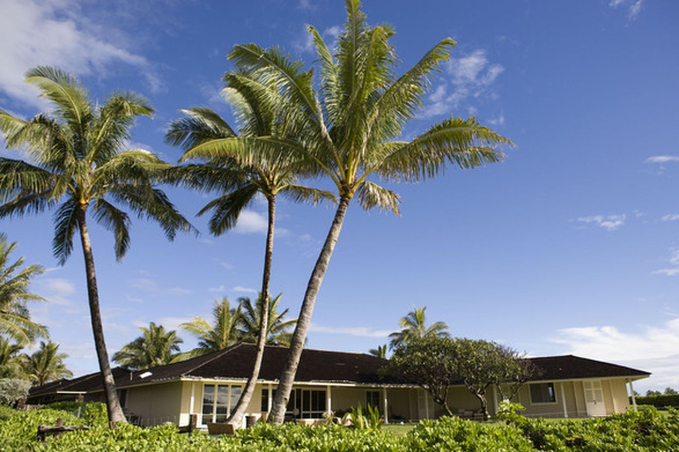 Obamas vacation at a quiet beach home in Hawaii