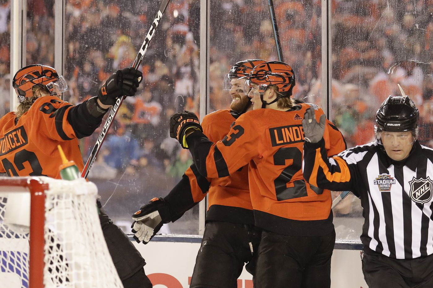 843f897a9 Flyers stun Penguins with late run