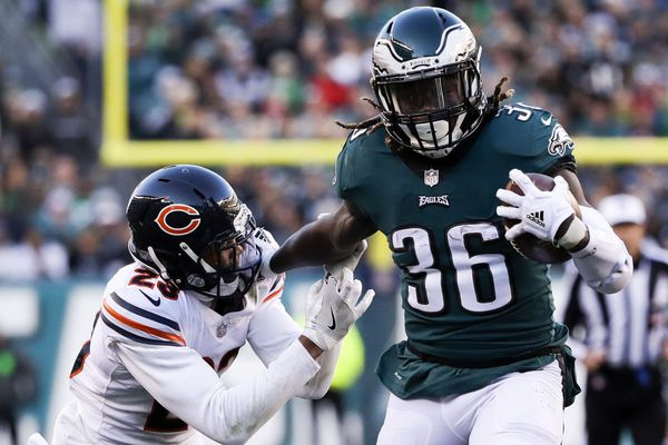 Eagles sign Jay Ajayi as Jordan Howard is questionable for Sunday with shoulder injury