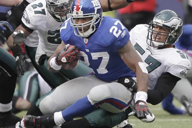 Eagles linebacker Chris Gocong tackles Giants running back Brandon Jacobs. (Ron Cortes / Staff Photographer)