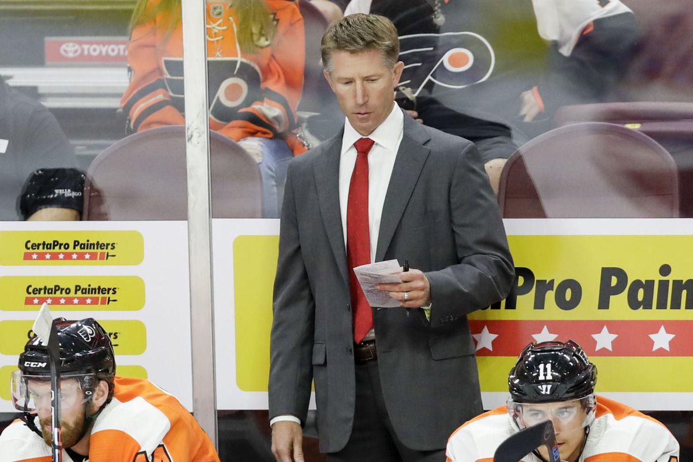 Flyers coach Dave Hakstol in spotlight as team's mistakes lead to five-game losing streak