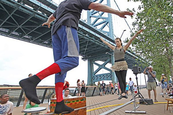 Performers lure holiday crowd to new Race Street Pier