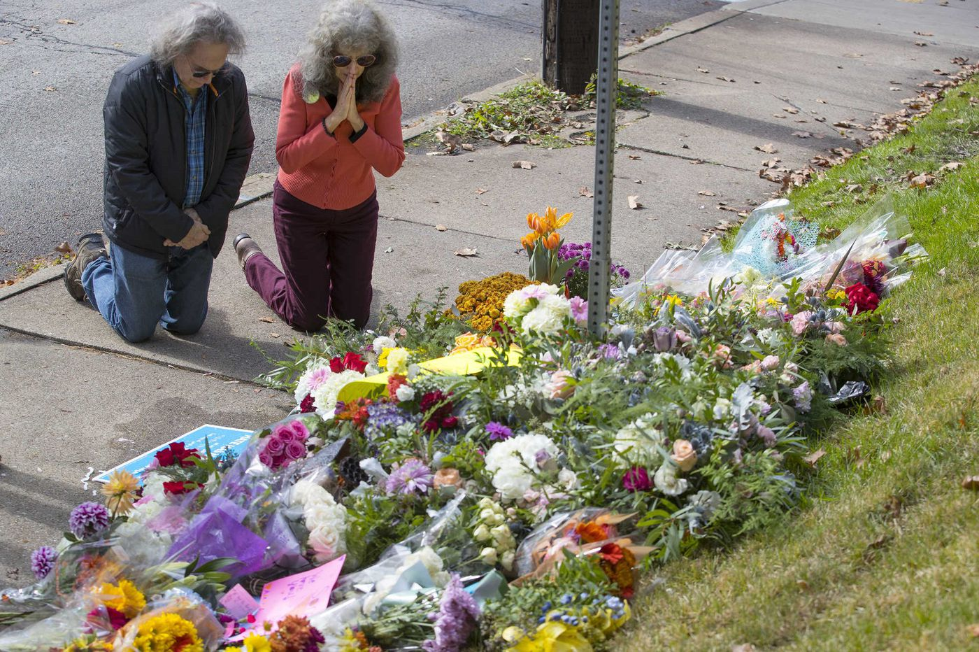 A day after the Pittsburgh shootings, 'a cloud of sadness' and notes of love