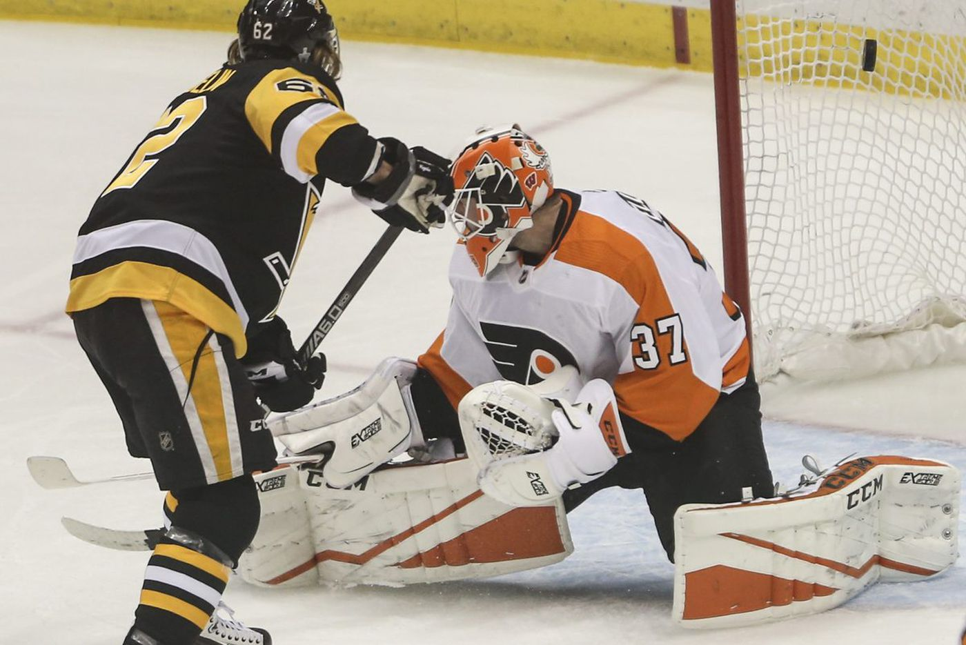 Penguins chase Brian Elliott, embarrass Flyers in playoff opener, 7-0