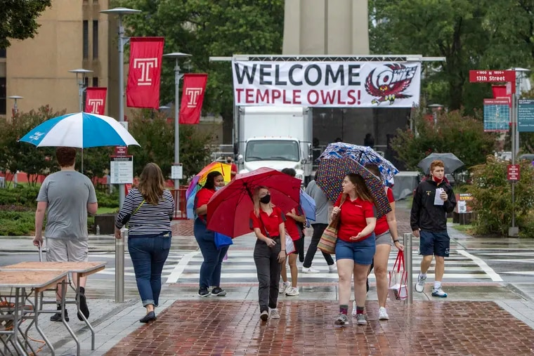 Students on Polett Walk at 13th Street at Temple, on move in day August 20, 2021.