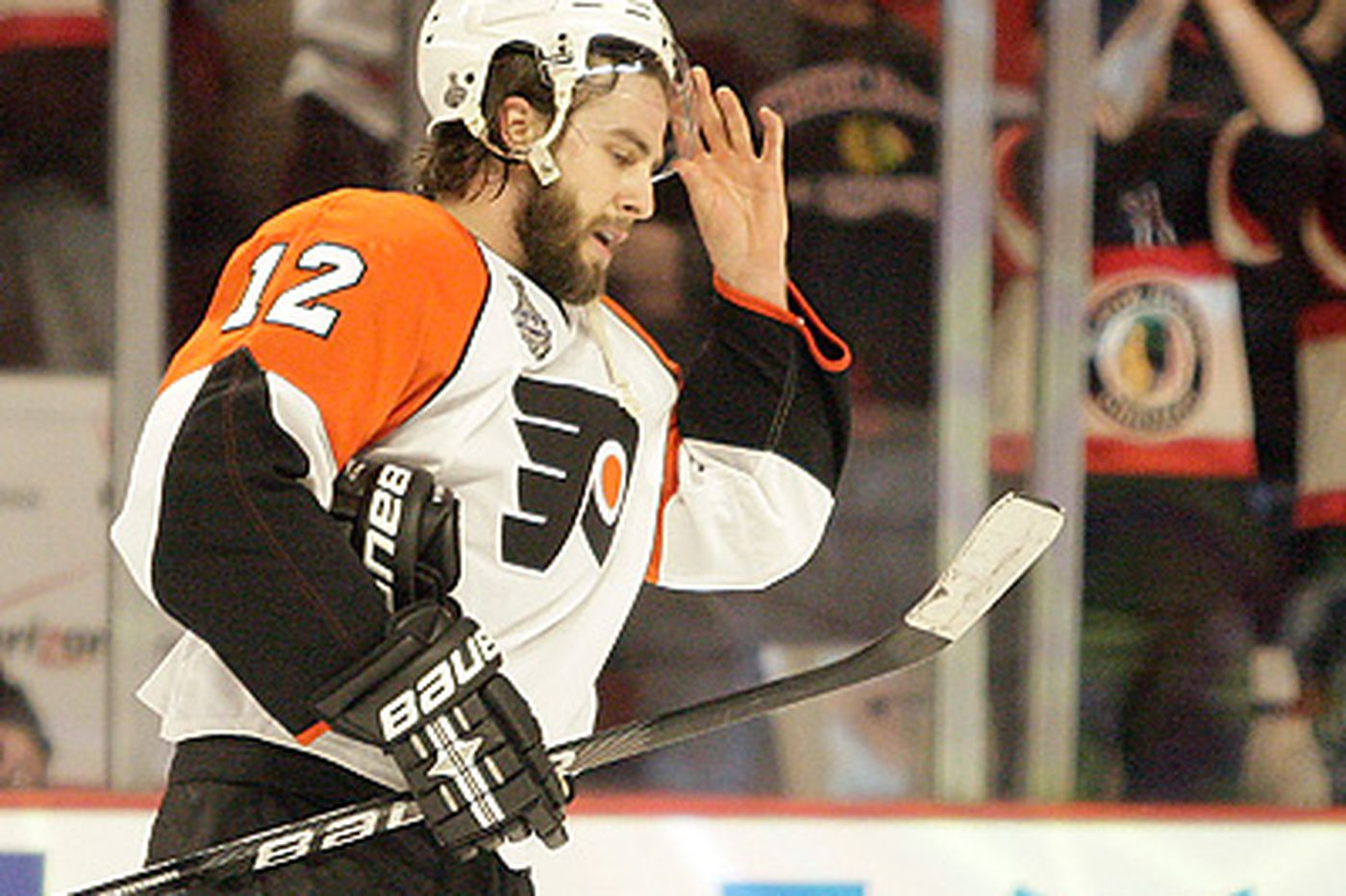 Blackhawks hold off Flyers in Game 2
