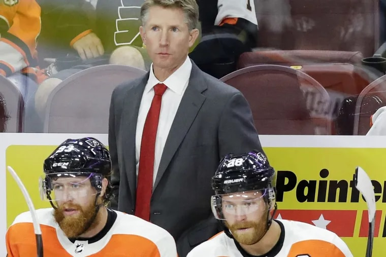Flyers coach Dave Hakstol, with Jake Voracek (left) and Claude Giroux earlier this season, are looking to preserve their winning streak.