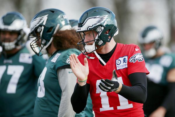 Eagles' Carson Wentz may be the QB, but he can't do it by himself | Bob Ford