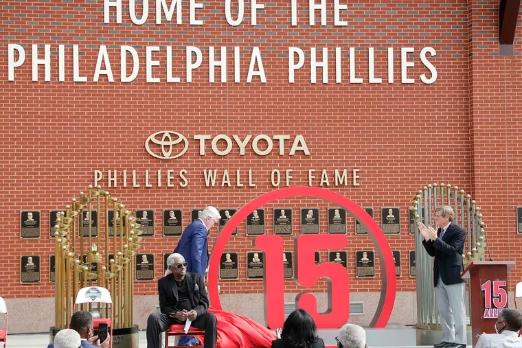 Former Phillies Mike Schmidt and managing partner John Middleton uncovering the number 15 during a ceremony for Dick Allen on Sept. 3.
