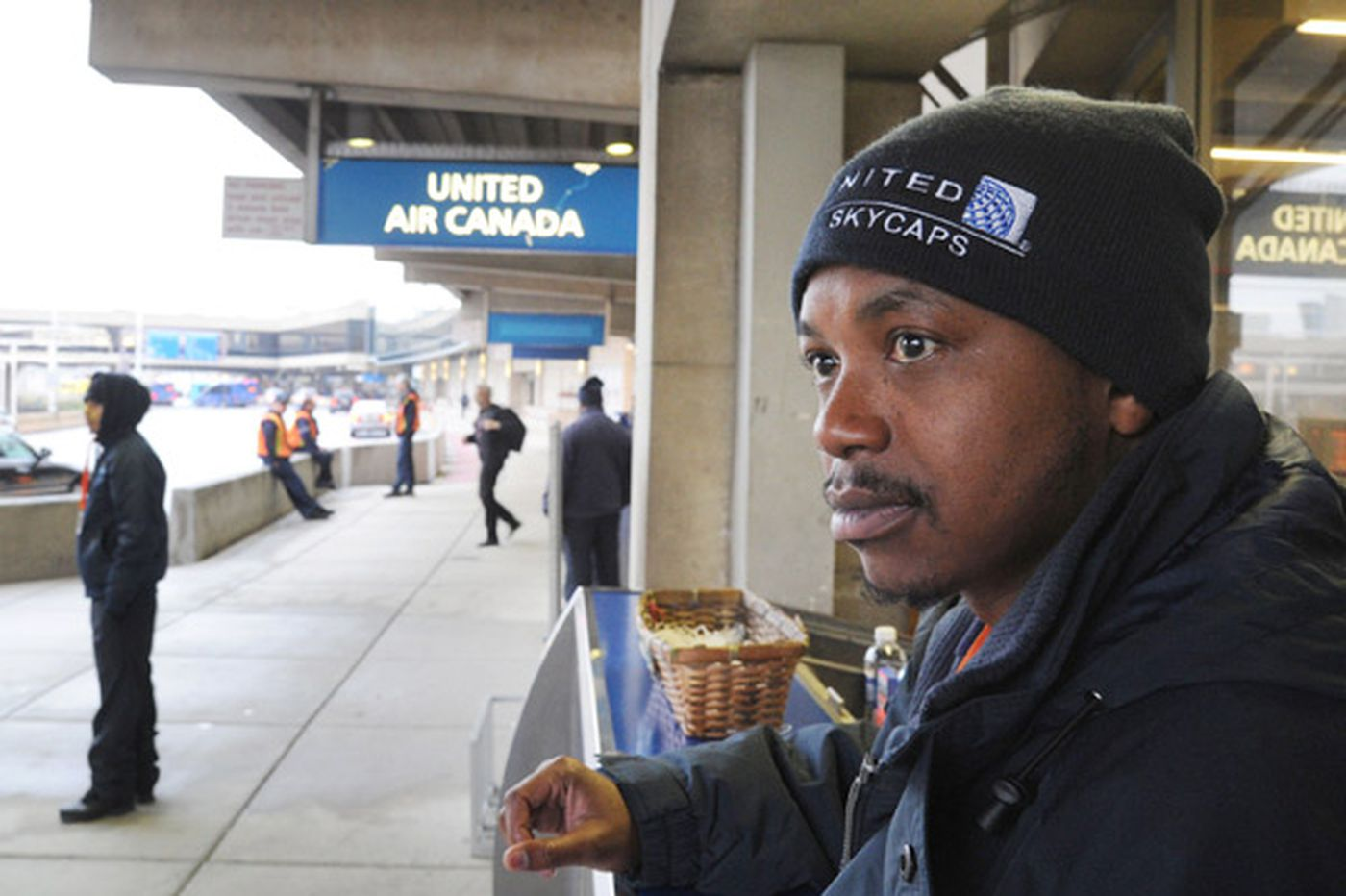 Advocates urge extending Philadelphia's 'living-wage' standard to non-unionized airport workers