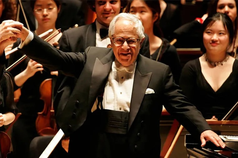 Gary Graffman acknowledges the audience after playing with the Curtis Institute of Music orchestra in Verizon Hall in 2006.