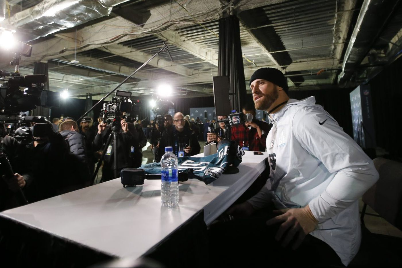 Chris Long reports strongly indicate he'll stay with Eagles