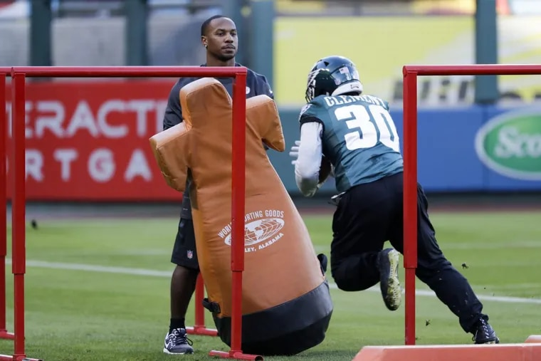 Injured Eagles running back Darren Sproles watches running back Corey Clement during team practice at Angels Stadium in Anaheim on Wednesday.