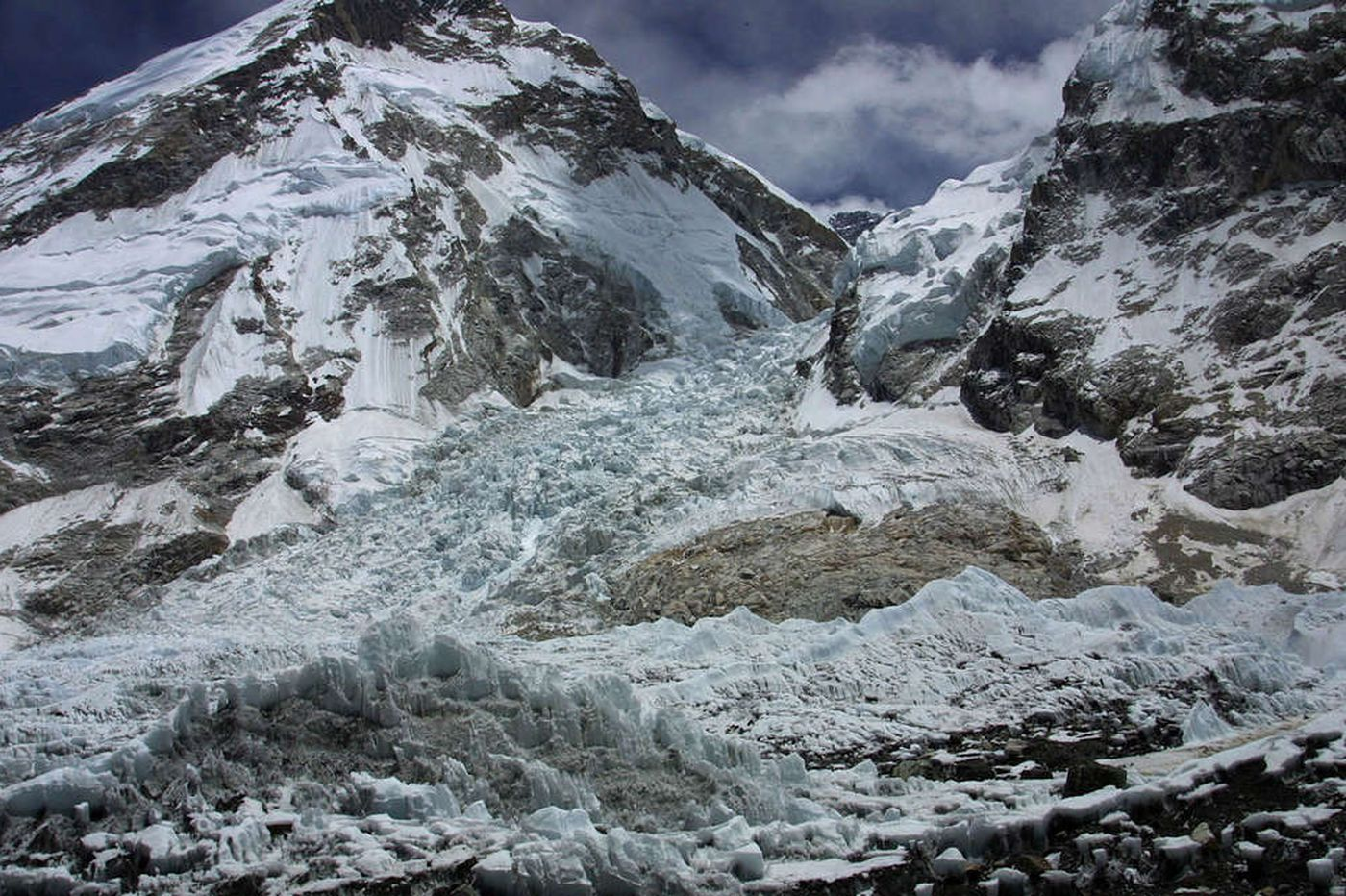 Avalanche kills at least 12 on Everest