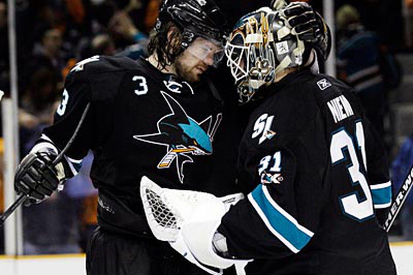 Sharks beat Canucks, Western series at 2-1