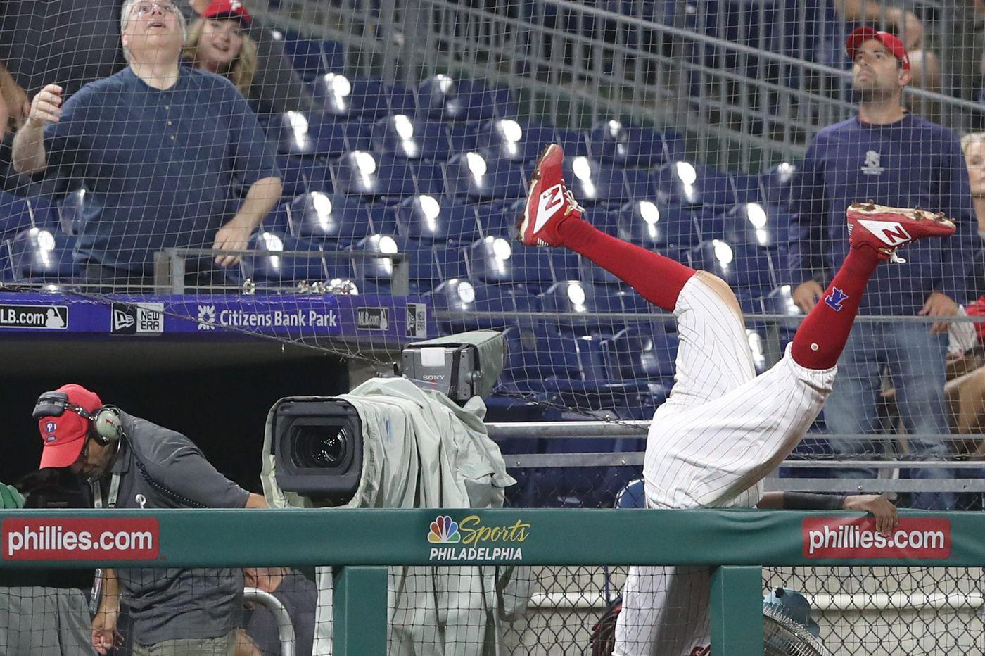 Phillies' Maikel Franco avoids serious injury after scary spill | Video