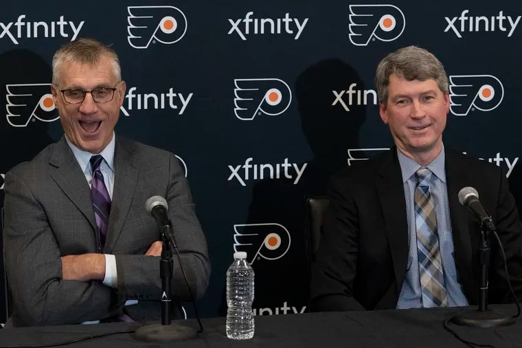 Paul Holmgren (left), then the Flyers' president, shares a laugh with the team's new GM, Chuck Fletcher, in 2018. Holmgren is going into the United States' Hockey Hall of Fame.