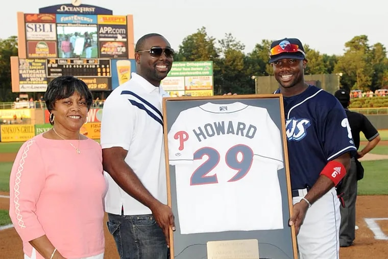 Phillies first baseman Ryan Howard with his mother and his twin brother. (David M. Schofield)