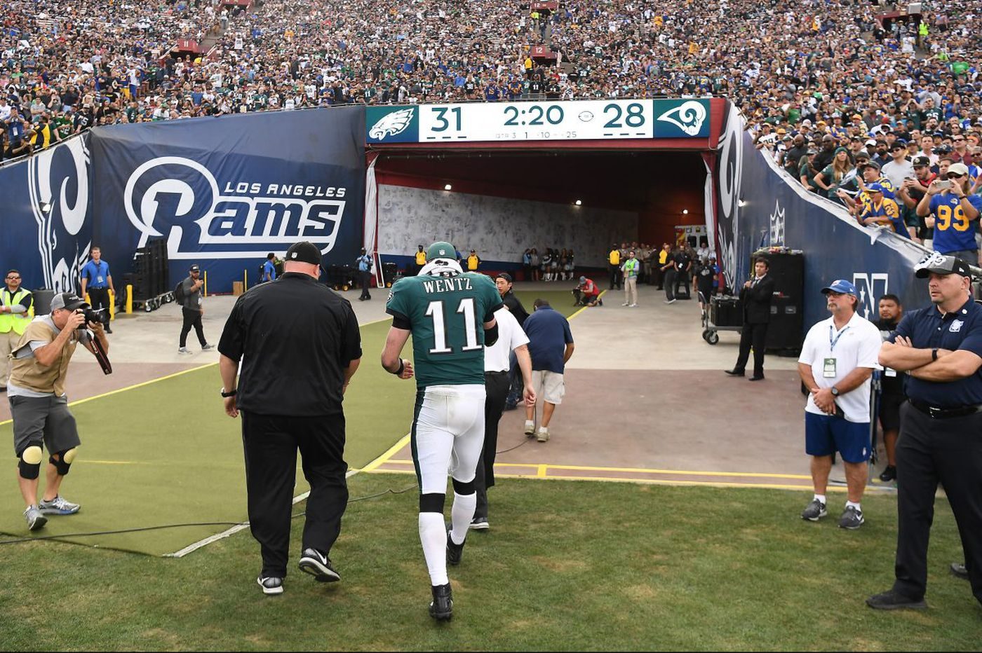 As Carson Wentz finished TD drive with knee injury, he said nothing to teammates about being hurt