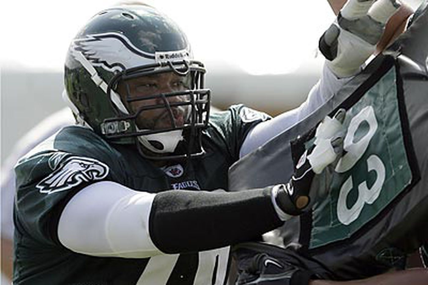 Eagles trade guard Stacy Andrews to Seattle